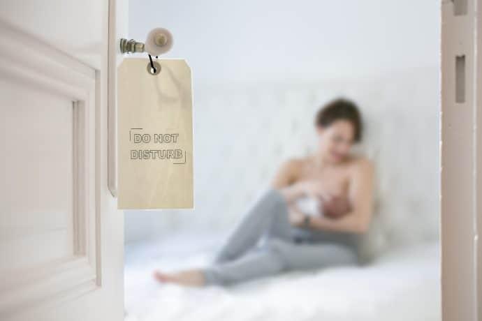 Photo de bébé naissance à domicile en région parisienne
