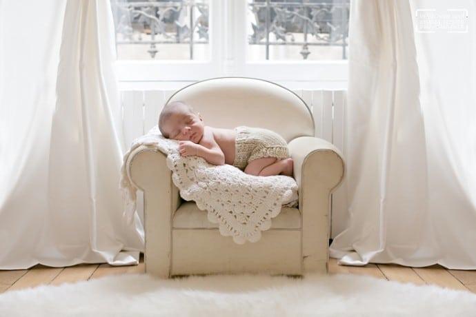 Photos de bébé séance naissance a domicile a Paris 75
