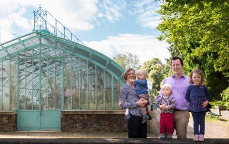 Séance photo de famille aux Serres d'Auteuil
