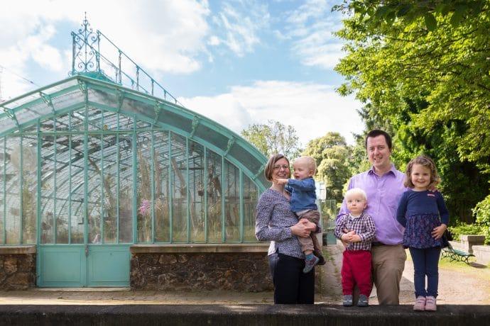 Séance photo en famille aux Serres d'Auteuil