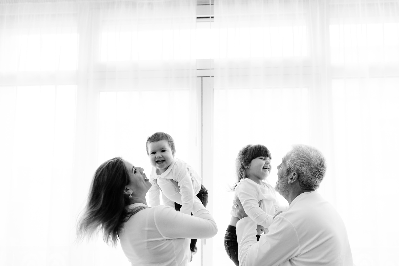 Séance photo en famille à domicile photographe à Neuilly