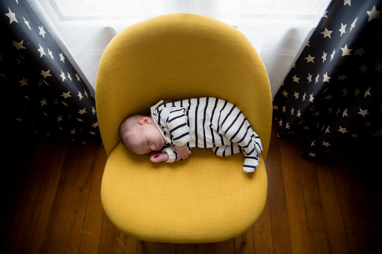 Séance photo de naissance photographe bébé à domicile à Enghien Les Bains