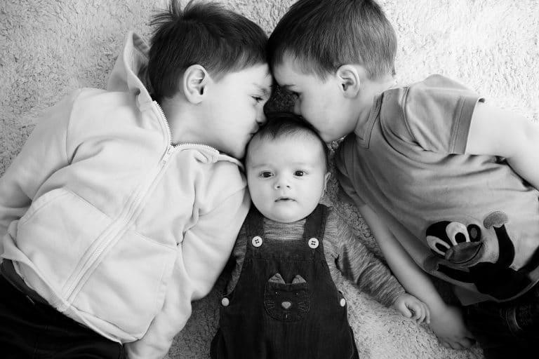 Photos de naissance à domicile en famille photographe La Garenne Colombes