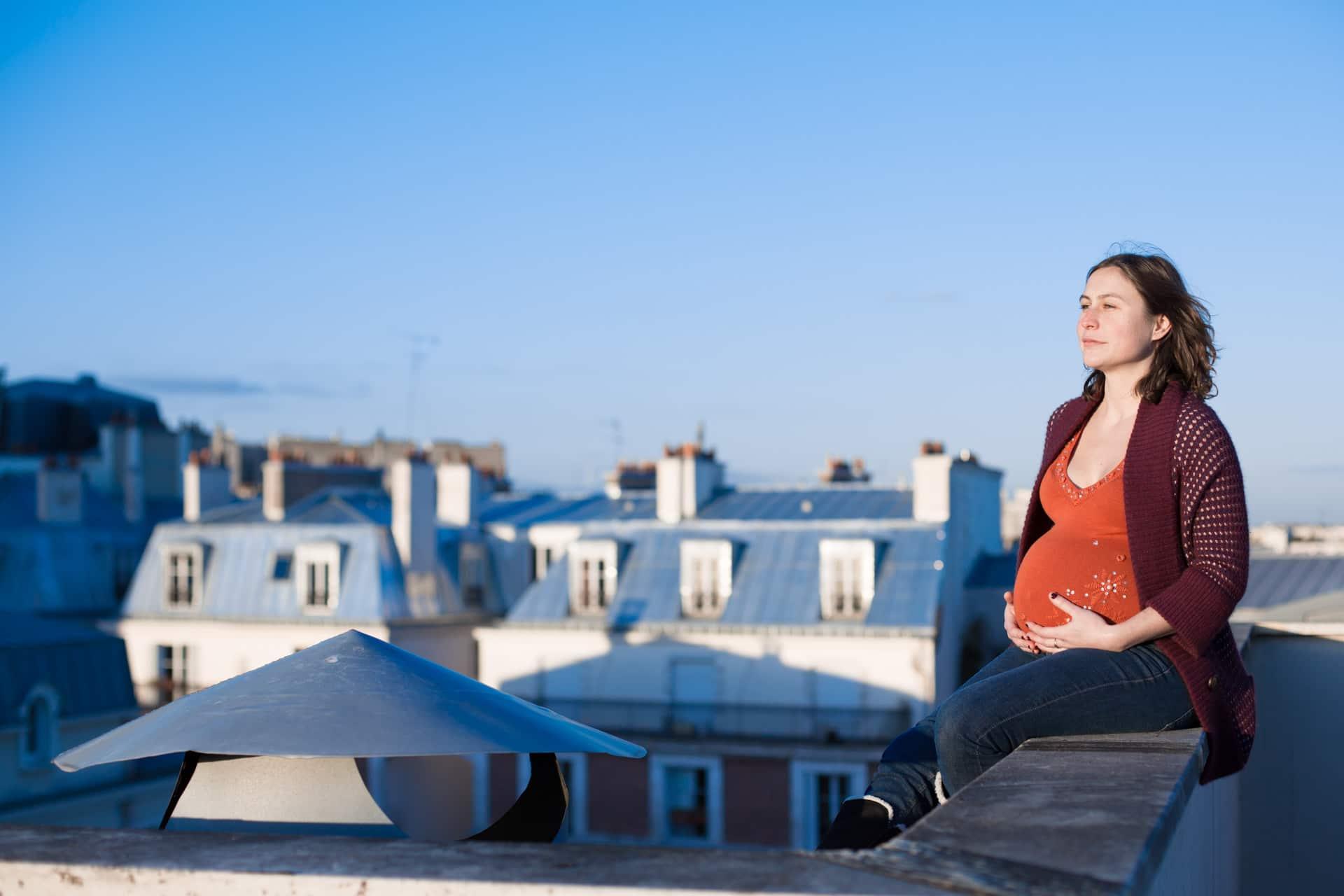 Photographe grossesse femme enceinte à domicile à Courbevoie